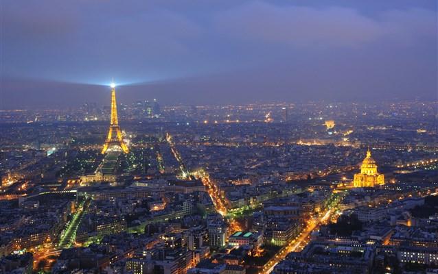 Sylwester w Paryżu 2016 samolotem. Jak znaleźć tani lot?