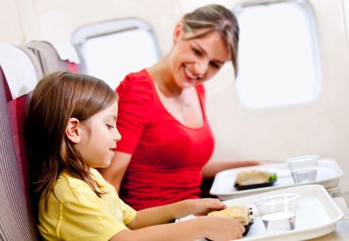 Jakie posiłki i napoje można kupić na pokładzie samolotu?