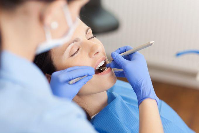 É possível viajar de avião depois de extrair um dente?