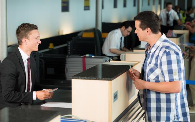 Sprzedaż biletu lotniczego innej osobie. Jak to zrobić?