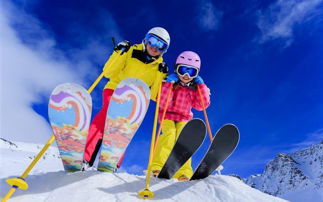 Pojištění pro lyžaře: plnění za skipas, pronájem vybavení