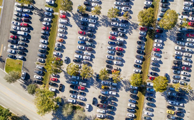 Jak zarezerwować parking przy lotnisku?
