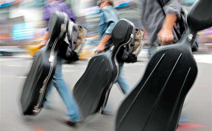 Jak przewozić sprzęt muzyczny w samolocie?