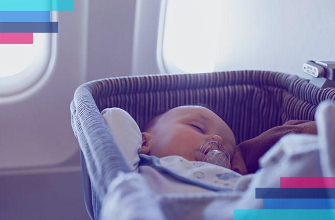 Niemowlę w samolocie. Od kiedy może podróżować?
